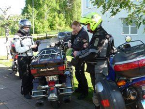 Vickan, Bengt och Jorma funderar hur det skall gå.